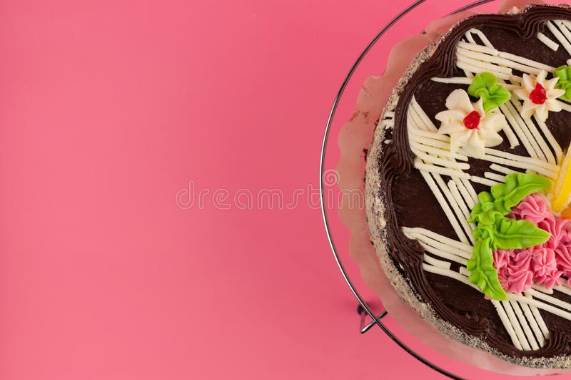 Geschmackvoller Schokoladenkuchen der ganzen Runde auf glänzendem Gitter des Metallchroms lizenzfreies stockbild