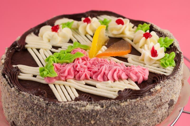 Geschmackvoller Schokoladenkuchen der ganzen Runde auf glänzendem Gitter des Metallchroms lizenzfreie stockfotos