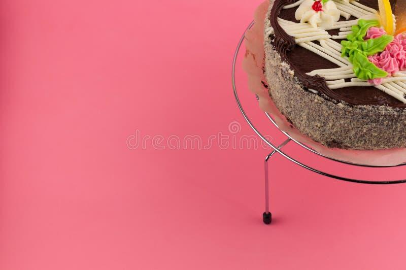 Geschmackvoller Schokoladenkuchen der ganzen Runde auf glänzendem Gitter des Metallchroms lizenzfreies stockfoto