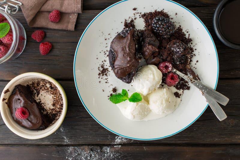 Geschmackvoller Schokoladenkuchen mit unterschiedlichen Beeren und Eiscreme lizenzfreies stockfoto