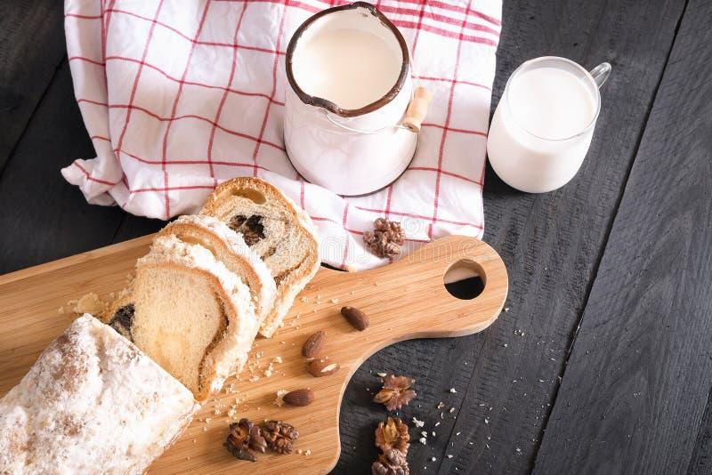 Geschmackvoller Snack mit Milch und Schwammkuchen stockbild