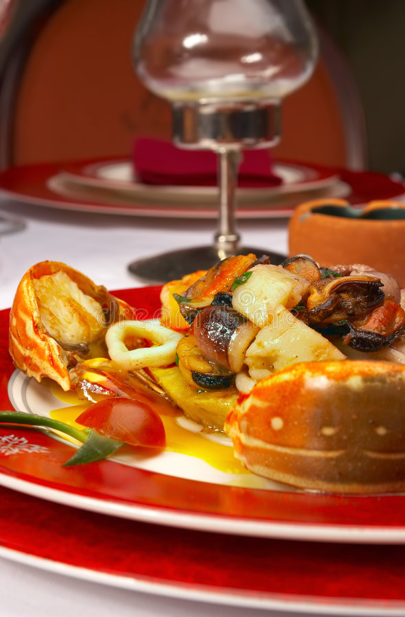 Geschmackvoller Teller von den Seeprodukten an der Gaststätte lizenzfreie stockbilder