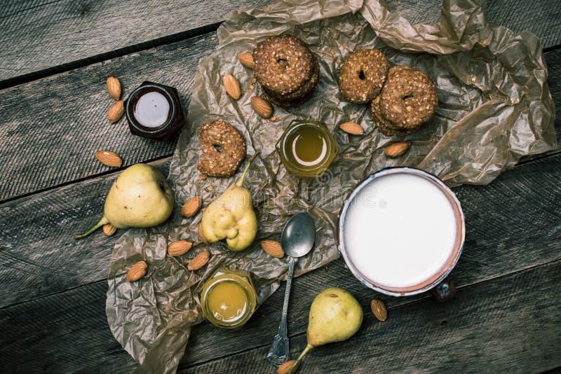 Geschmackvolles BirnenMandelgebäck und Milch auf rustikalem Holz stockbild
