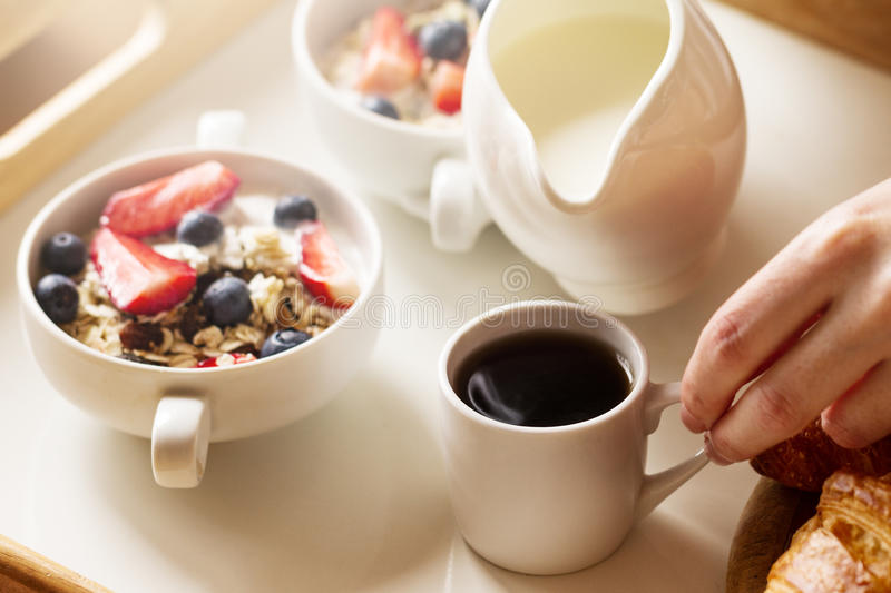 Geschmackvolles buntes Frühstück mit Hafermehl, Jogurt, Erdbeere, Blueb lizenzfreie stockfotos