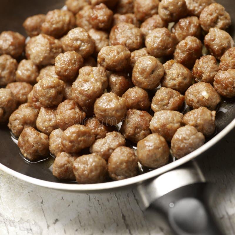 Geschmackvolles Fleischklöschen Beeing vorbereitet in eine Bratpfanne lizenzfreie stockfotografie
