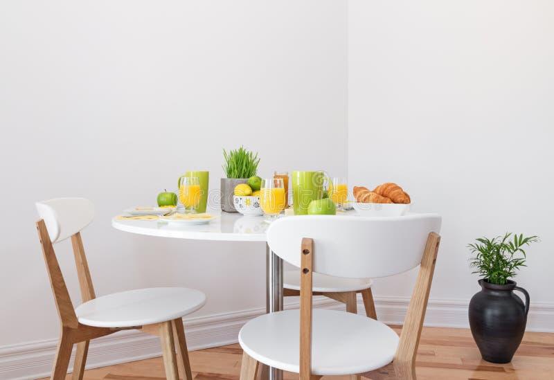 Geschmackvolles Frühstück auf einer weißen Tabelle lizenzfreie stockfotografie