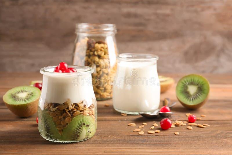 Geschmackvolles Frühstück mit Jogurt und Granola lizenzfreies stockbild