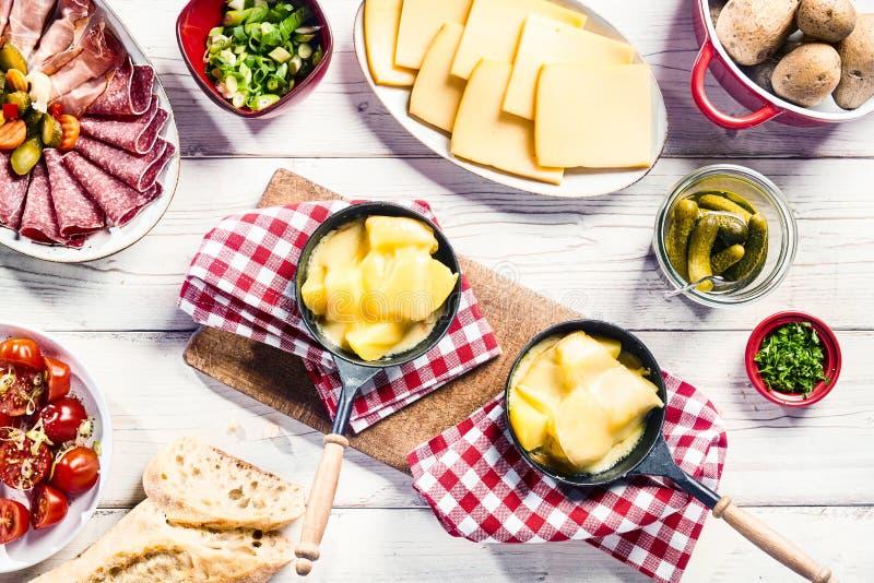 Geschmackvolles frisches raclette Buffet mit Beilagen lizenzfreies stockbild