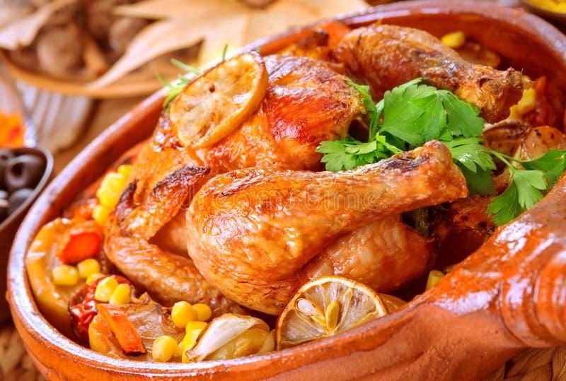 Geschmackvolles gebackenes Huhn lizenzfreie stockfotos