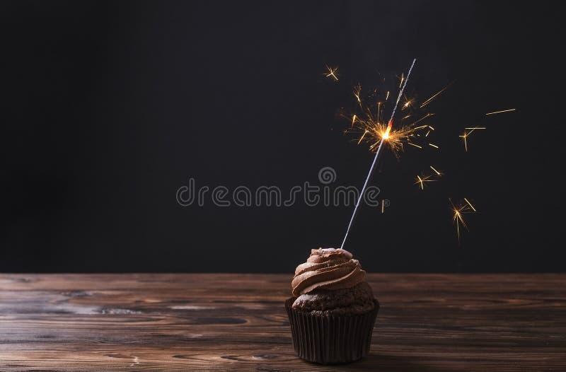 Geschmackvolles Haus gemacht gebackene Geburtstagsmuffinbonbons Leckere Bäckereiprodukte schlecht für Zahl Ungesunde Bonbons Feie lizenzfreie stockbilder
