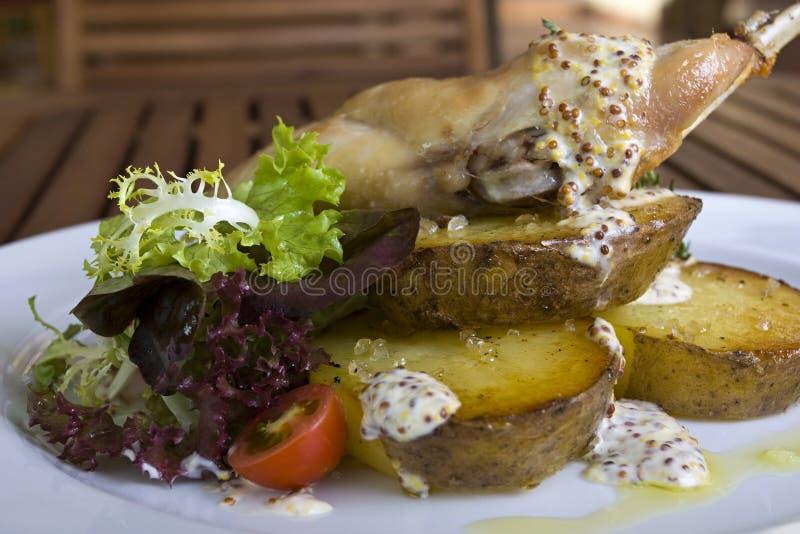 Geschmackvolles Kaninchen- oder Huhnfleisch mit Gemüse stockfotos
