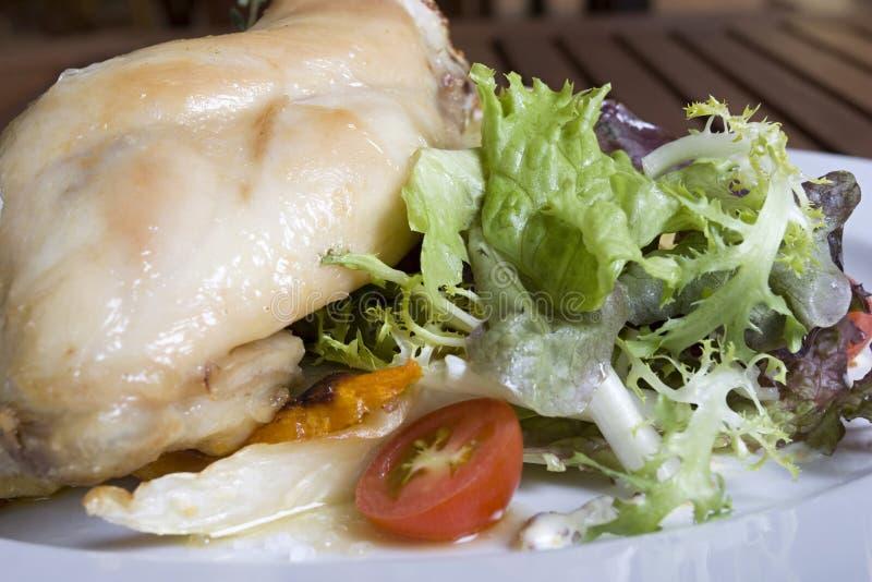Geschmackvolles Kaninchen- oder Huhnfleisch mit Gemüse lizenzfreies stockfoto