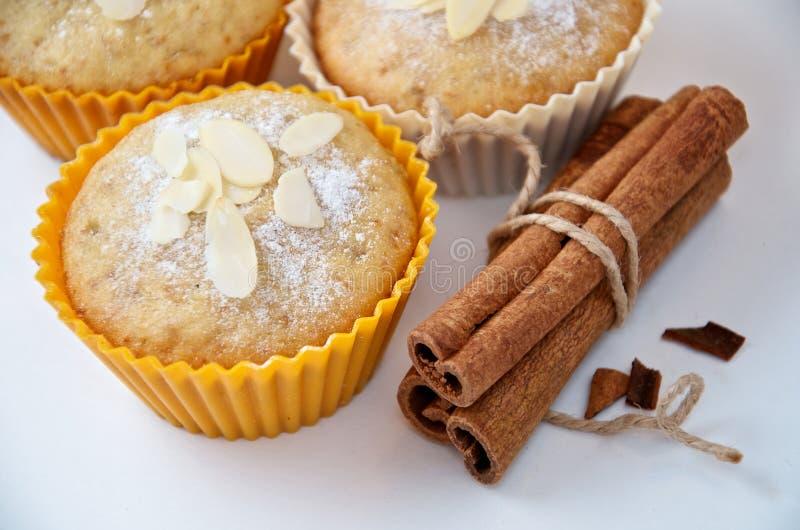 Geschmackvolles Muffin backt mit Zimtstangen zusammen stockfotografie