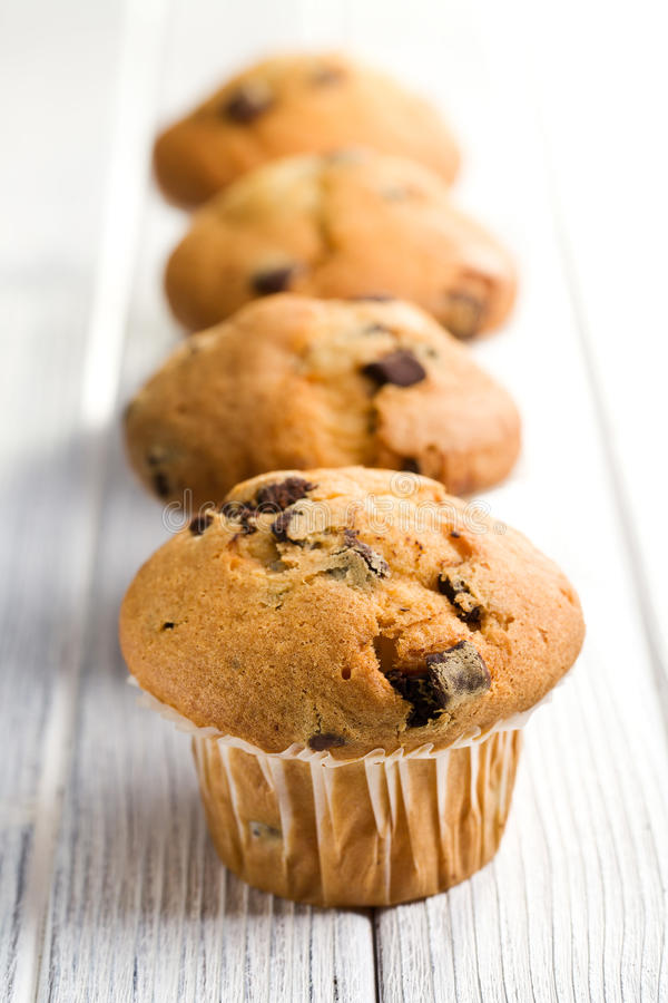 Geschmackvolles Muffin mit Schokolade stockbilder