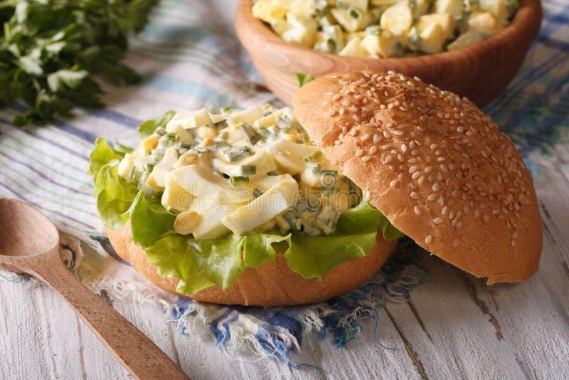 Geschmackvolles Sandwich mit Eiersalat- und Kopfsalatnahaufnahme stockfotografie