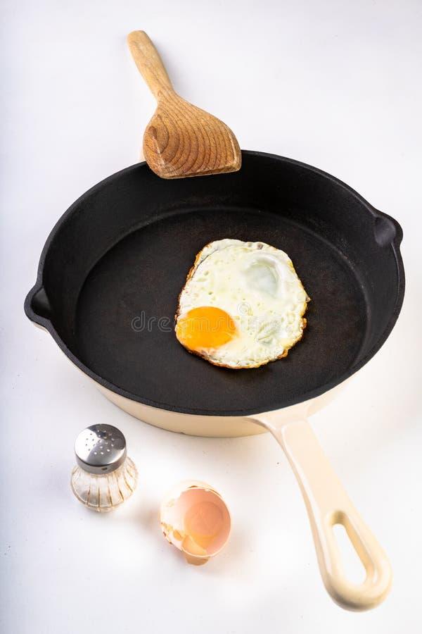 Geschmackvolles Spiegelei auf einer Gusseisenwanne Zubereitung eines geschmackvollen Frühstücks stockfoto