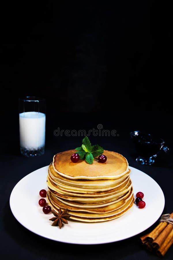 Geschmackvolles und frisches selbst gemachtes Frühstück mit gebackenen Pfannkuchen, melken köstlichen Zimt des frischen cranberry lizenzfreie stockfotografie