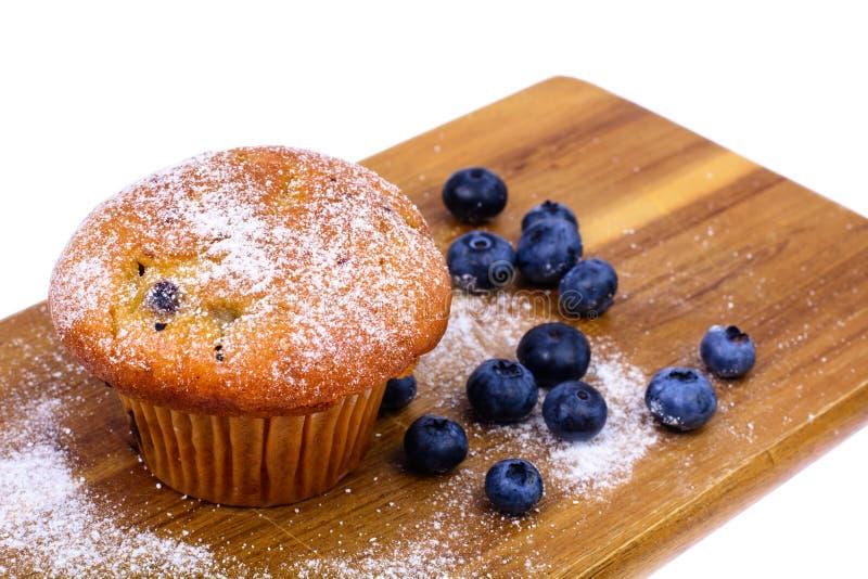Geschmackvolles weiches Muffin mit Blaubeere auf weißem Hintergrund stockbilder