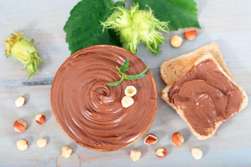Geschmolzene Schokoladenhaselnuß auf Brotscheibe stockbild