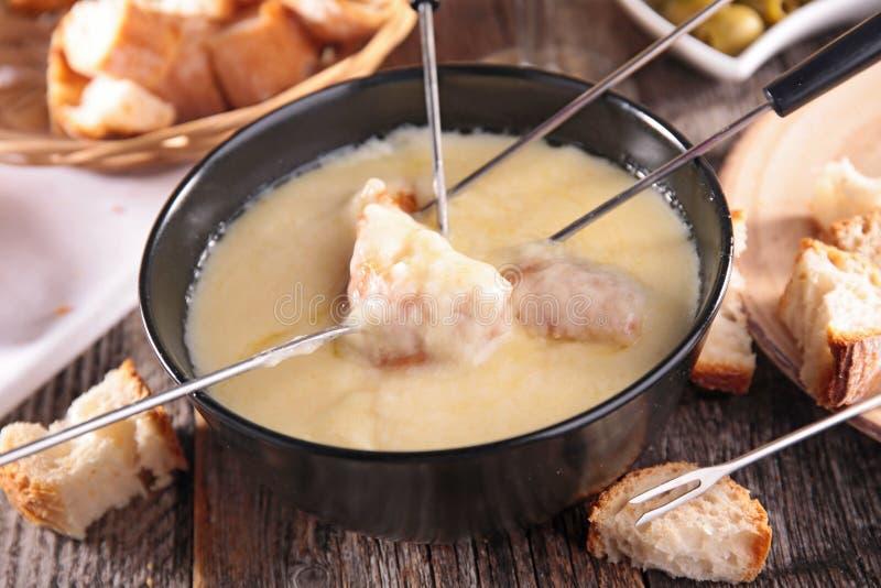 Geschmolzener Käse auf einem Stück Brot lizenzfreies stockfoto