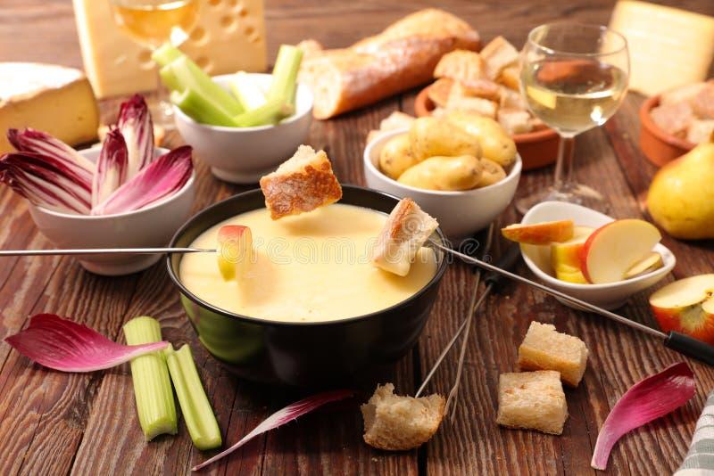 Geschmolzener Käse auf einem Stück Brot stockfoto