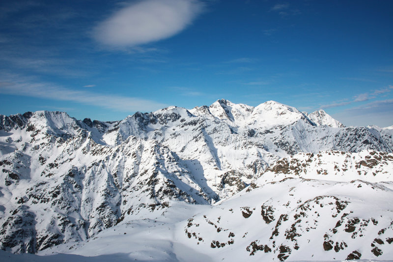 Geschneite Berge stockbilder