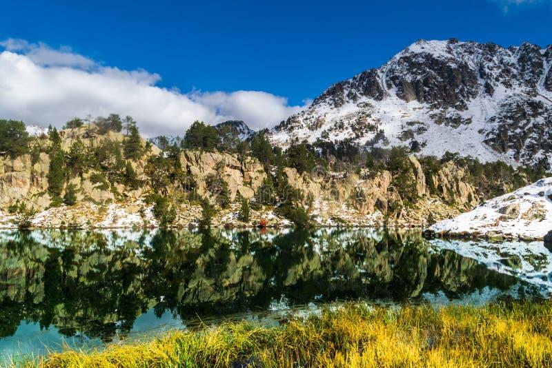 Geschneite Berge reflektierten sich in einem See lizenzfreie stockfotografie