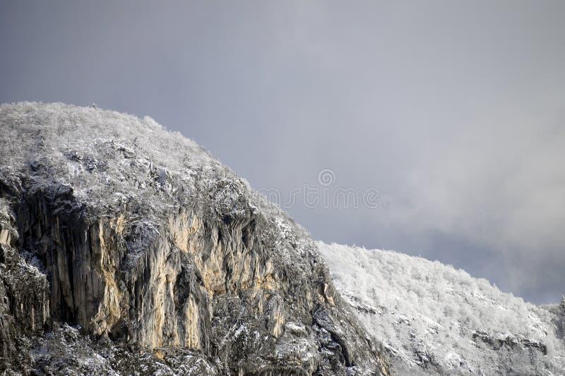 Geschneite Berge und graue Himmellandschaft lizenzfreie stockfotos