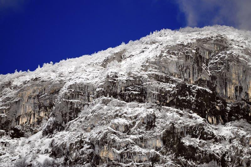 Geschneite Berge und graue Himmellandschaft stockfoto