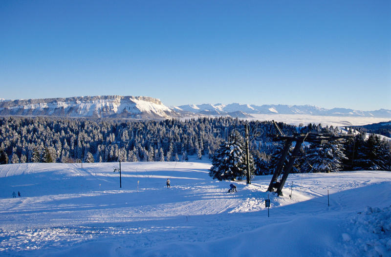 Geschneite Berge von Feclaz und von Margeriaz nahe Chambery, Frankreich lizenzfreies stockbild