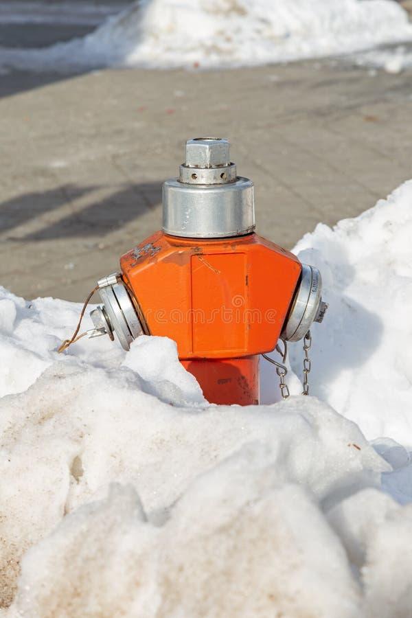 Geschneiter Hydrant auf einer Straße lizenzfreie stockbilder