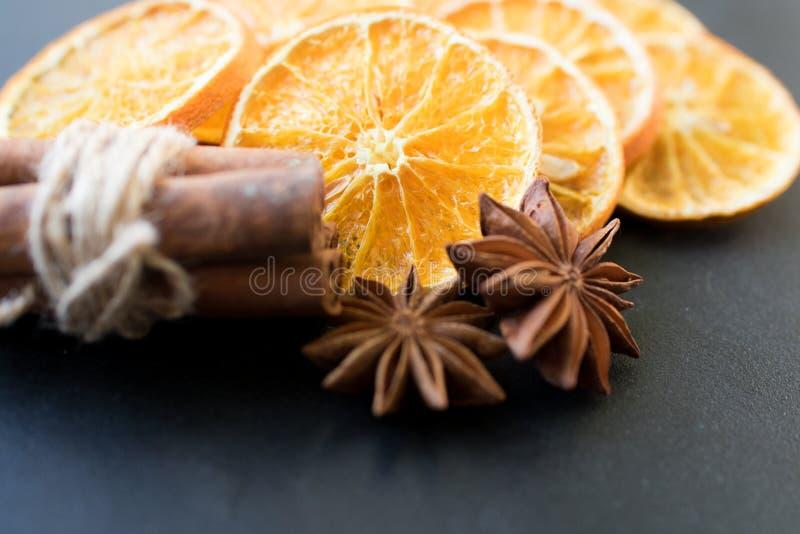 Geschnitten von getrockneter Orange mit Zimtstangen und Anis lizenzfreie stockbilder