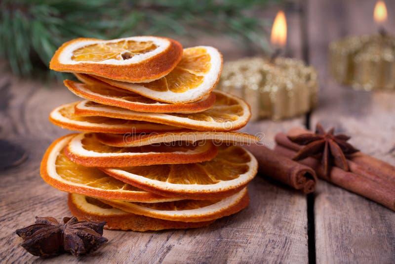 Geschnitten von getrockneter Orange, von Zimtstangen, von Anissternen und von Kerze mit Kiefernbrunch lizenzfreie stockfotografie