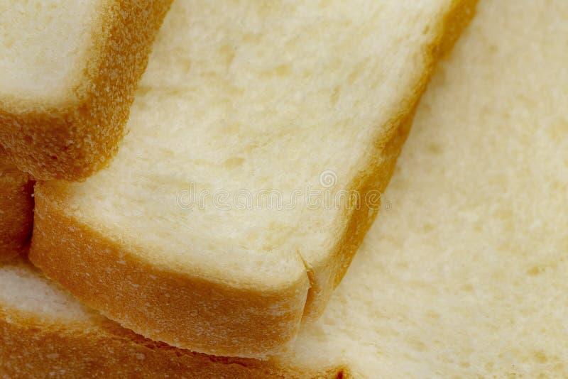 Geschnittene Brote vereinbarten in einem geschwankten Stapel Plan mit Kopienraum lizenzfreie stockfotografie