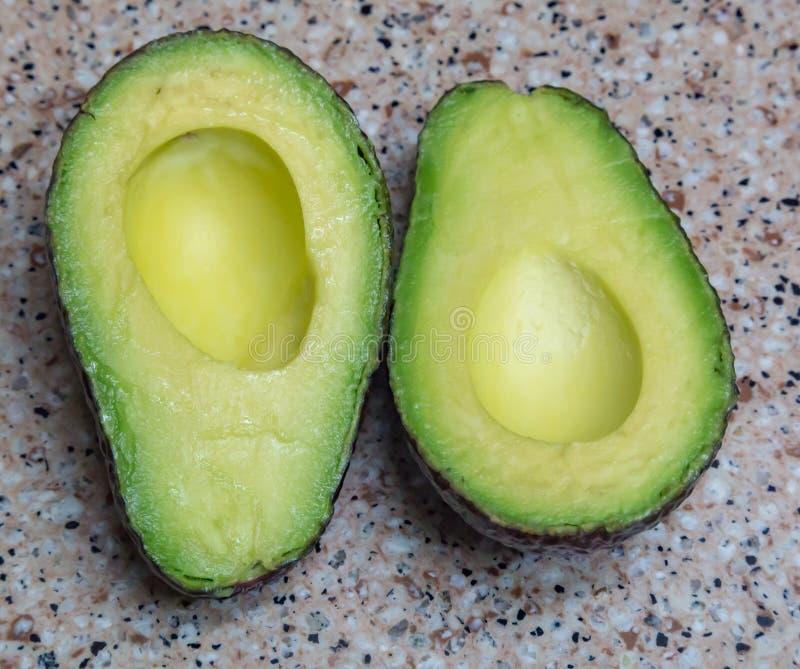 Geschnittene fetthaltige Frucht der Avocado stockbild