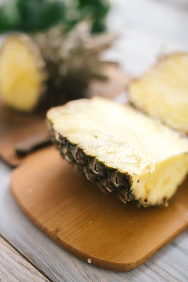 Geschnittene frische Ananas auf einem hölzernen Hintergrund im Sonnenlicht lizenzfreies stockbild