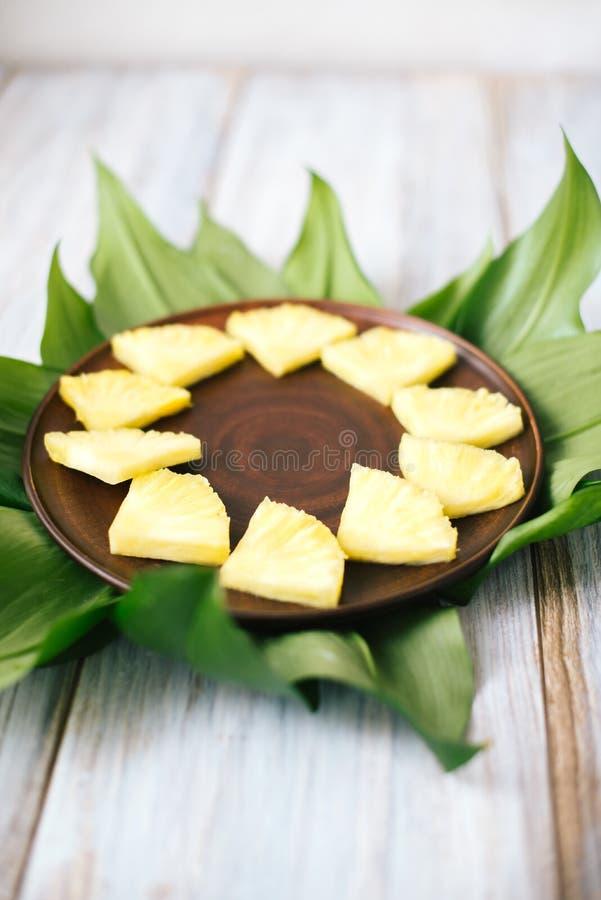 Geschnittene frische Ananas in einer Schüssel auf den Blättern lizenzfreie stockfotos