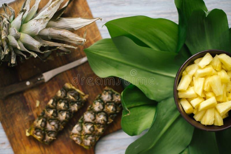 Geschnittene frische Ananas in einer Schüssel auf den Blättern lizenzfreies stockbild