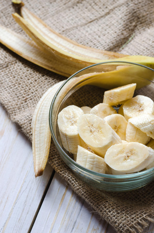 Geschnittene frische Banane in einer Glasschüssel lizenzfreie stockbilder