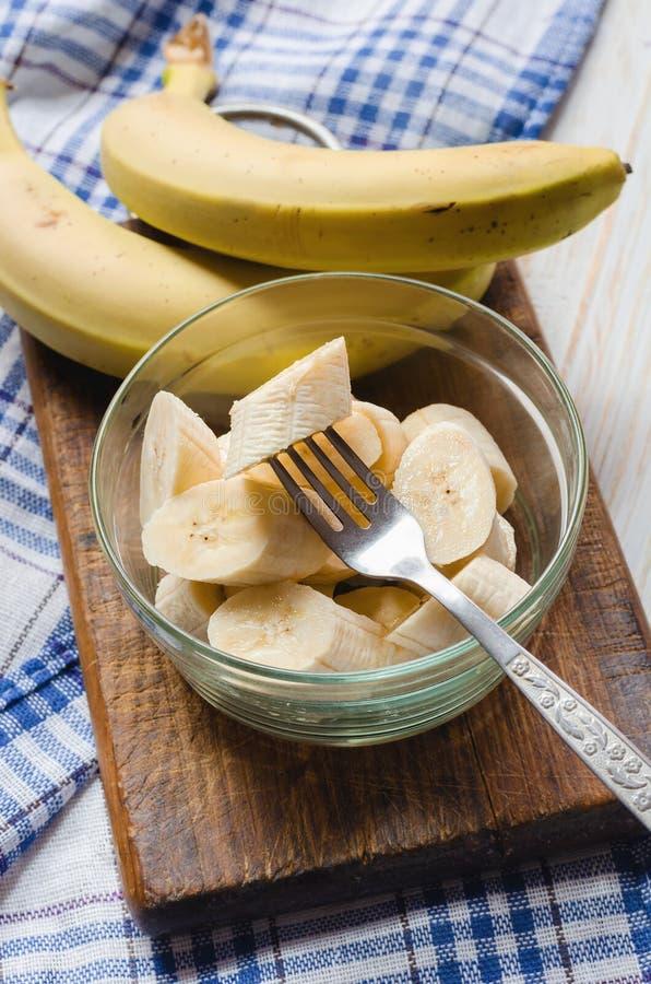 Geschnittene frische Banane in einer Glasschüssel lizenzfreie stockfotografie