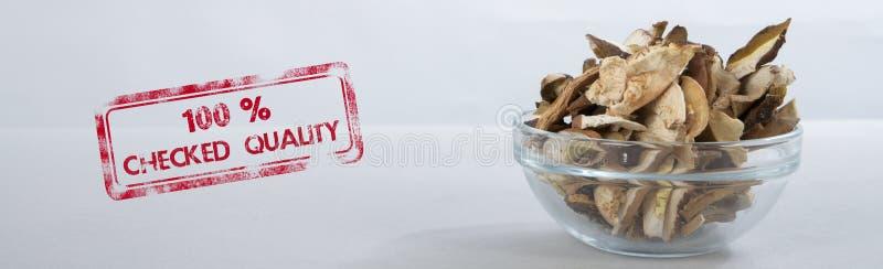 Geschnittene getrocknete Pilze in einer kleinen Glasschüssel Stempel 100% ÜBERPRÜFTE QUALITÄT stockbilder