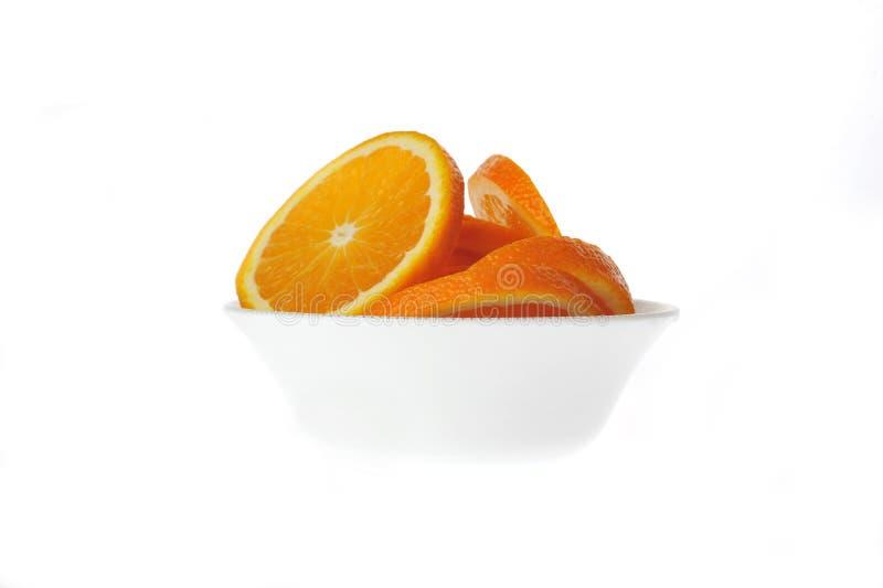 Geschnittene Orange in der Schüssel lizenzfreie stockbilder