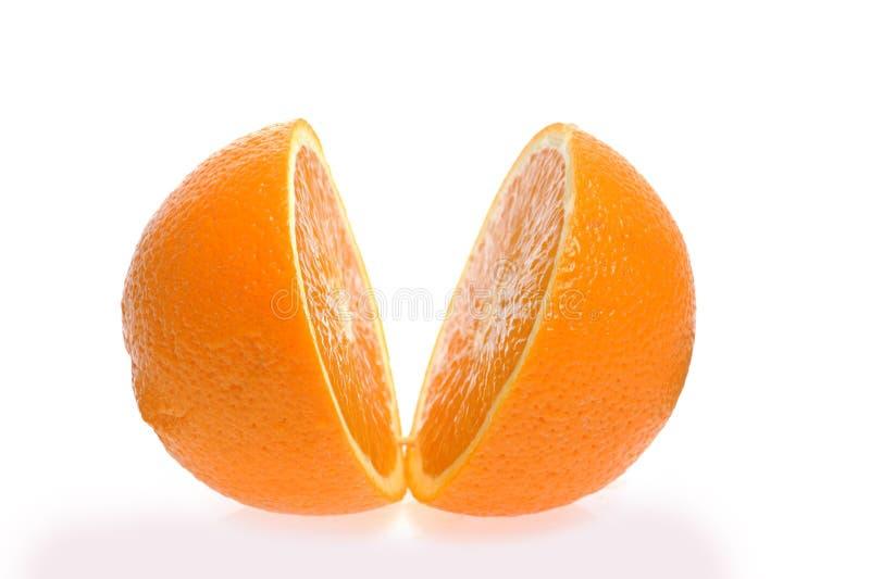Geschnittene Orange getrennt auf Weiß lizenzfreies stockbild