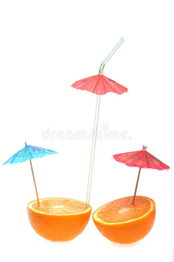 Geschnittene Orange mit coctail Regenschirm stockbilder
