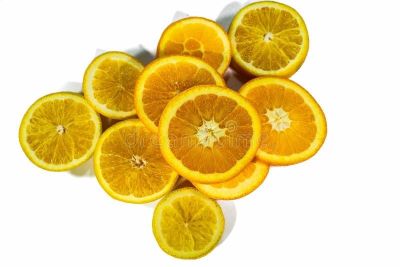 Geschnittene orange Scheiben, gestapelt lokalisiert auf einem weißen Hintergrund stockfoto
