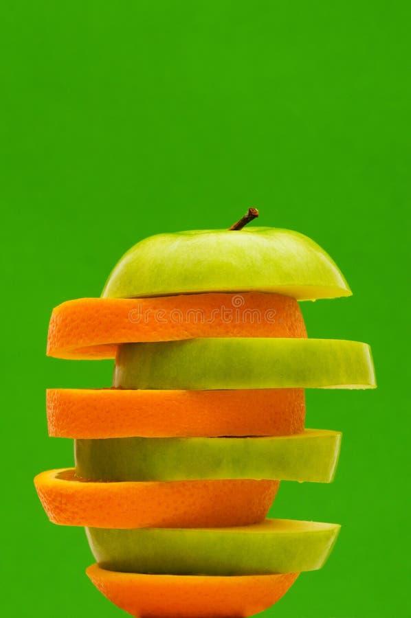 Geschnittene Orange und Apfel trennten stockfotografie