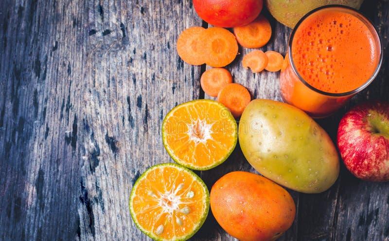 Geschnittene Orangen und a-Glas Orangensaft stockbilder
