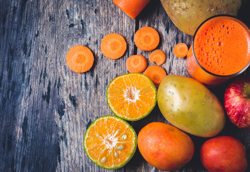 Geschnittene Orangen und a-Glas Orangensaft lizenzfreie stockfotografie