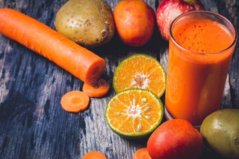 Geschnittene Orangen und a-Glas Orangensaft stockfotografie