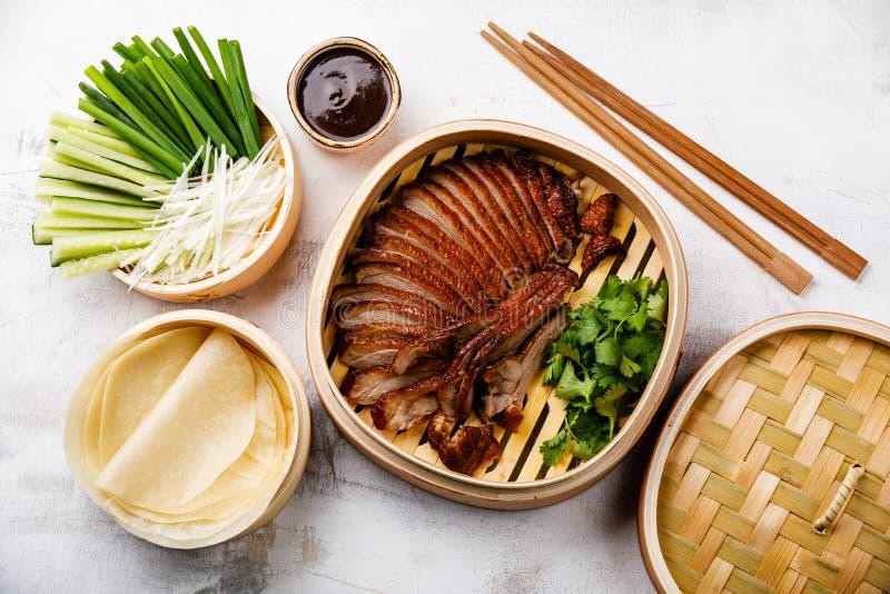 Geschnittene Peking-Ente im Bambusdampfer stockbild